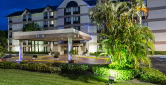 Holiday Inn Express & Suites Ft Lauderdale N - Exec Airport - Fort Lauderdale - Building