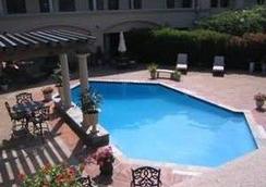 Vineyard Court Designer Suites Hotel - College Station - Uima-allas
