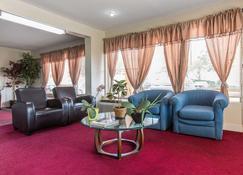 Rodeway Inn & Suites - Marietta - Living room