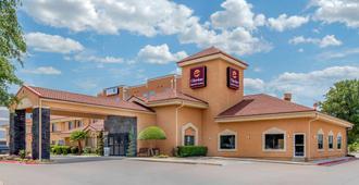 Clarion Inn And Suites Dfw North - אירווינג - בניין