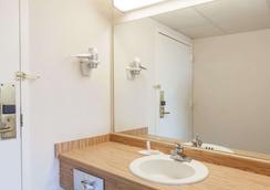 Days Inn by Wyndham Syracuse - Syracuse - Bathroom