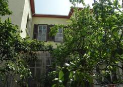 Lotus Garden Hostel - Izmir - Outdoors view