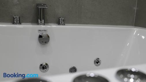 Queens Court Hotel - Exeter - Bathroom