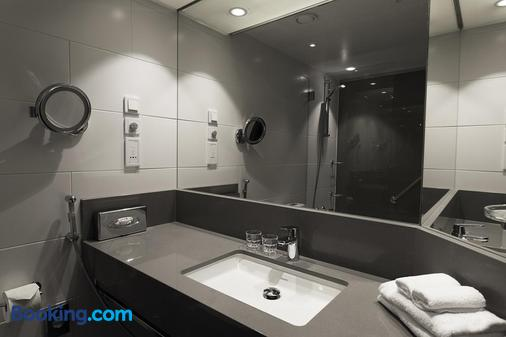 Hilton Helsinki Strand - Helsinki - Bathroom