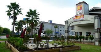Merit Inn and Suites - בומונט