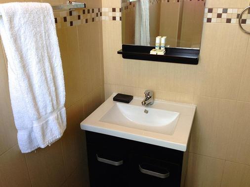 Coral By The Sea Hotel - San Juan - Bathroom