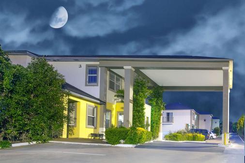 Days Inn by Wyndham Suites Fredericksburg - Fredericksburg - Gebäude