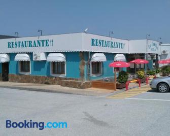 Hotel Restaurante Las Camelias - Navia - Gebouw