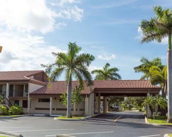 Super 8 by Wyndham Riviera Beach West Palm Beach - Riviera Beach - Building