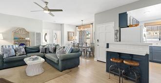 Newly renovated Duplex steps to the sand 3bd/4bath - Newport Beach - Wohnzimmer