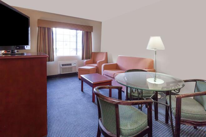 Days Inn by Wyndham Flagstaff I-40 - Flagstaff - Wohnzimmer