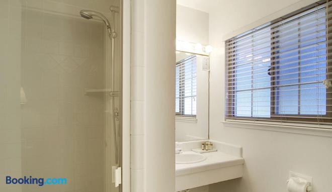 Svendsgaard's Inn - Carmel-by-the-Sea - Bathroom