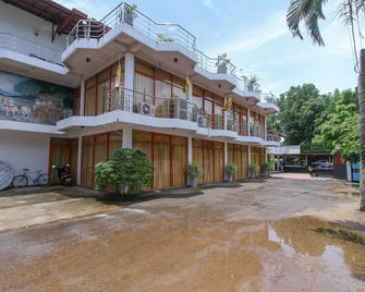 OYO 354 Lagoon Garden Hotel - Берувела - Building