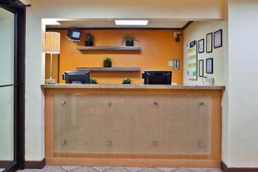 La Quinta Inn & Suites by Wyndham Columbus State University - Columbus - Front desk
