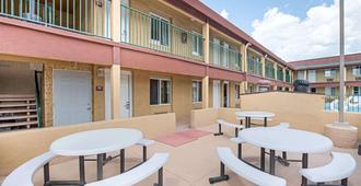 Ramada by Wyndham Flagstaff East - Flagstaff - Patio