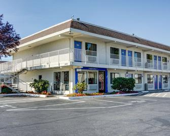 Motel 6 Salem - Salem - Building