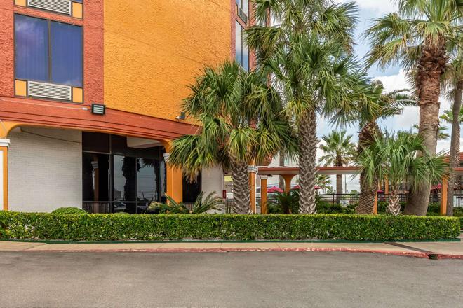 Quality Inn - Pasadena - Building