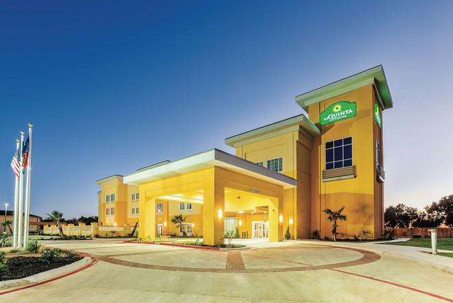 La Quinta Inn & Suites by Wyndham Cotulla - Cotulla - Rakennus