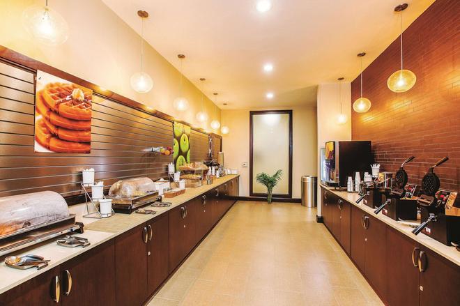 La Quinta Inn & Suites by Wyndham Cotulla - Cotulla - Buffet