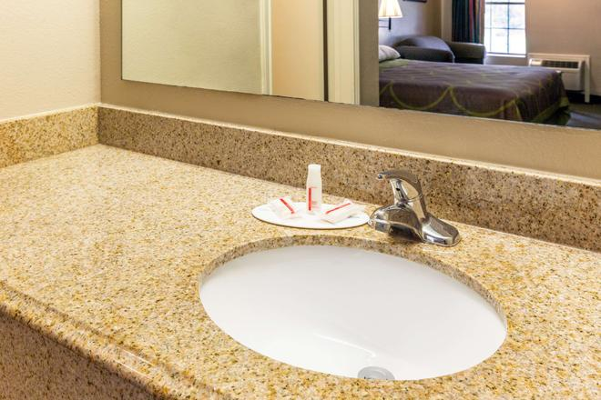 Super 8 by Wyndham Bossier City/Shreveport Area - Bossier City - Bathroom