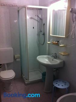 烏里佛酒店 - 戴安諾碼頭 - 迪亞諾馬里納 - 浴室