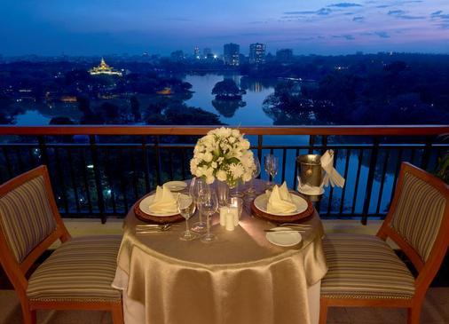 Chatrium Hotel Royal Lake Yangon - Yangon - Parveke
