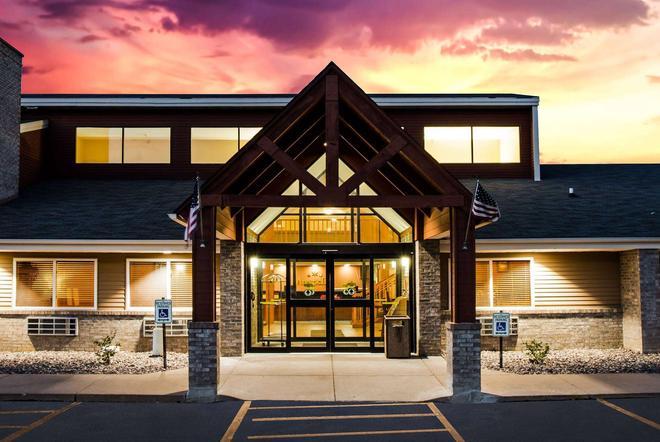 AmericInn by Wyndham Menomonie - Menomonie - Gebäude