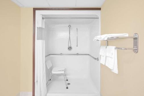 Days Inn Fayetteville - Fayetteville - Bathroom