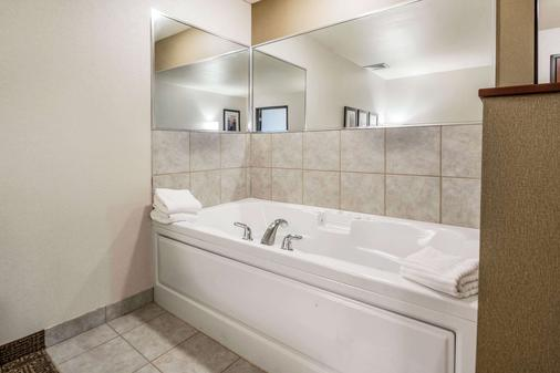 Comfort Suites at Par 4 Resort - Waupaca - Bathroom