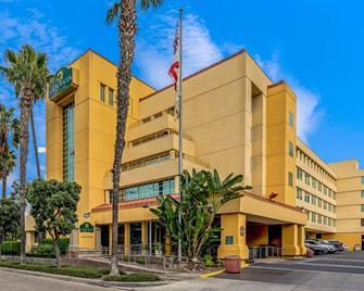 La Quinta Inn & Suites by Wyndham Anaheim - Anaheim - Building