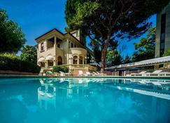 Hotel De la Ville - Riccione - Bể bơi