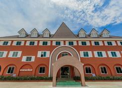 Thada Chateau Hotel - Buriram - Zwembad