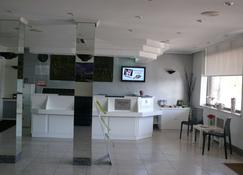 Hotel Sercotel Los Angeles - Guarnizo - Front desk