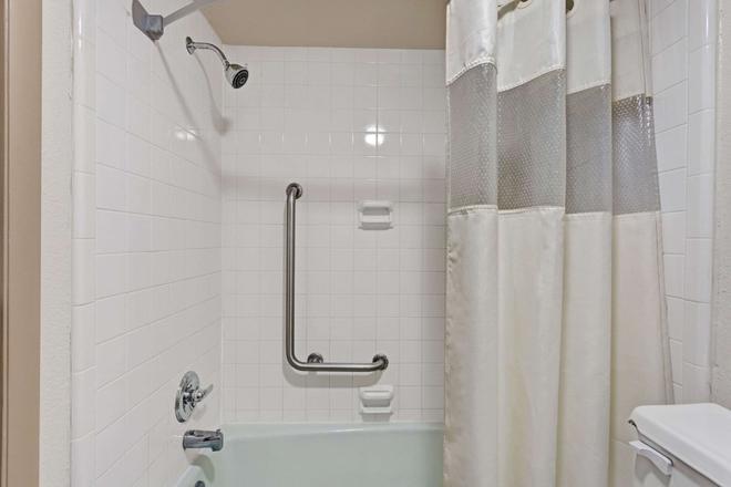 Travelodge by Wyndham Williamsburg Colonial Area - Williamsburg - Bathroom