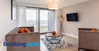 Metro Apartments Dublin Airport - Dublin - Living room