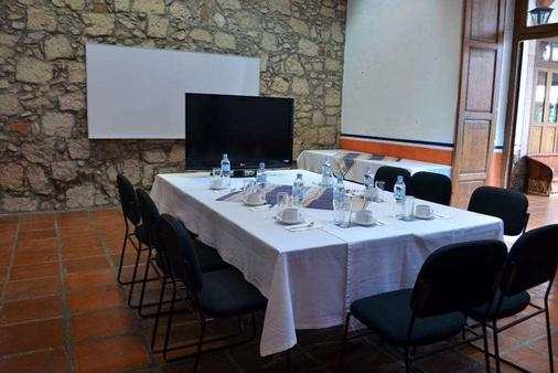 Howard Johnson by Wyndham Morelia Calle Real - Morelia - Meeting room