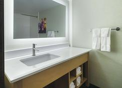 La Quinta Inn & Suites by Wyndham Orange County Airport - Santa Ana - Baño
