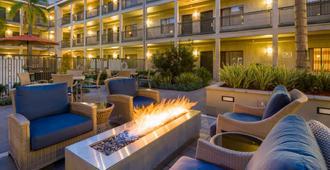 La Quinta Inn & Suites by Wyndham Orange County Airport - Santa Ana - Uteplats