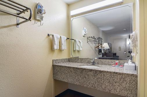 Econo Lodge Research Triangle Park - Durham - Bathroom