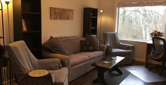 West Nashville neighborhood, green, quiet, 10 min to downtown - Nashville - Living room