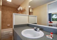 Super 8 by Wyndham Dover - Dover - Bathroom