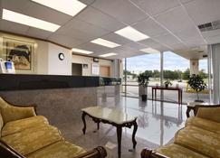 Super 8 by Wyndham Dover - Dover - Lobby