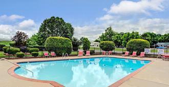 Ramada by Wyndham Murfreesboro - Murfreesboro - Bể bơi
