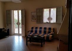 Delightful villa just steps from the airport - Bari - Sala de estar