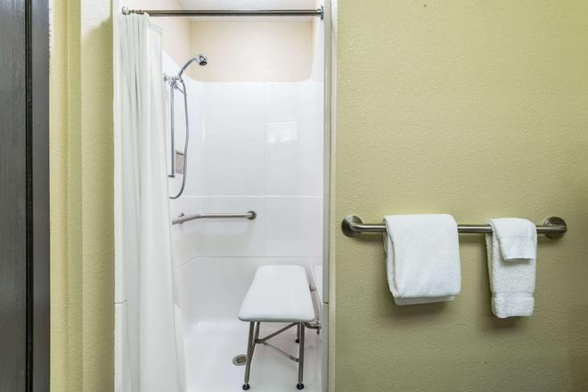 Super 8 by Wyndham Copley Akron - Akron - Bathroom