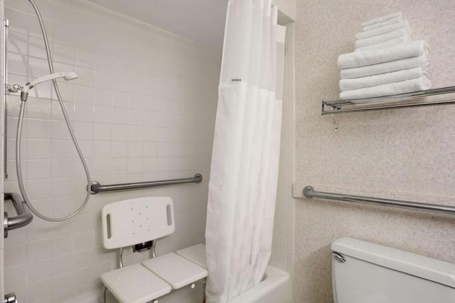 Ramada by Wyndham Washington - Washington - Bathroom