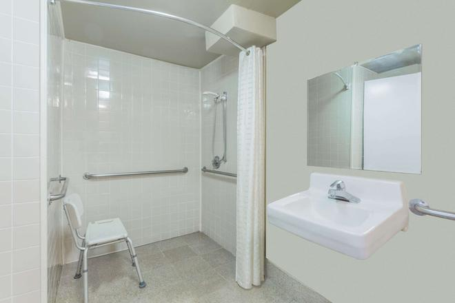 Super 8 by Wyndham Atlanta Northeast GA - Atlanta - Bathroom