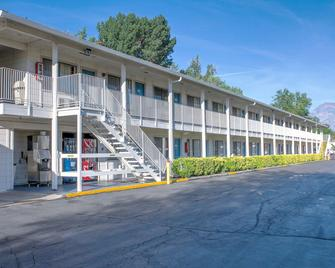 Motel 6 Bishop - Bishop - Building