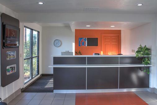 Motel 6 Bishop - Bishop - Front desk