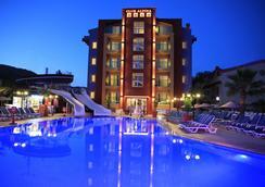 阿爾皮納俱樂部公寓酒店 - 馬馬利斯 - 馬爾馬里斯 - 游泳池